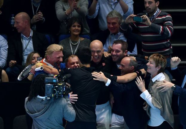 Сегодня. Лондон. Новак ДЖОКОВИЧ - первая ракетка мира-2014. Радость серб делит со своей командой во главе с Борисом БЕККЕРОМ (слева). Фото AFP