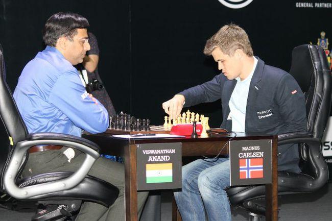 Суббота. Сочи. Магнус КАРЛСЕН (справа) нанес болезненное поражение Вишванатану АНАНДУ.