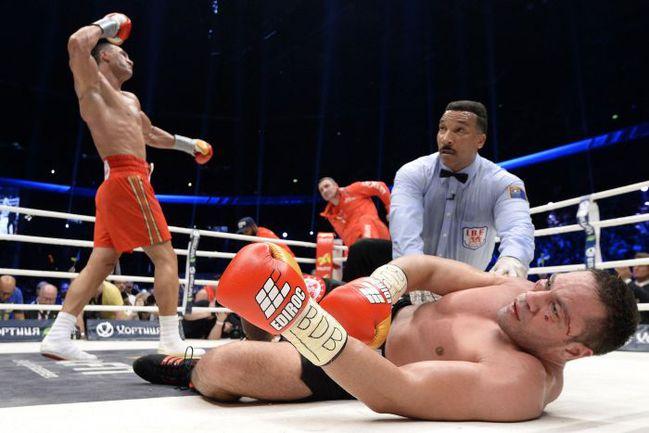 Суббота. Гамбург. Владимир КЛИЧКО (на дальнем фоне) отправил Курбата ПУЛЕВА в нокдаун в пятом раунде. Фото REUTERS