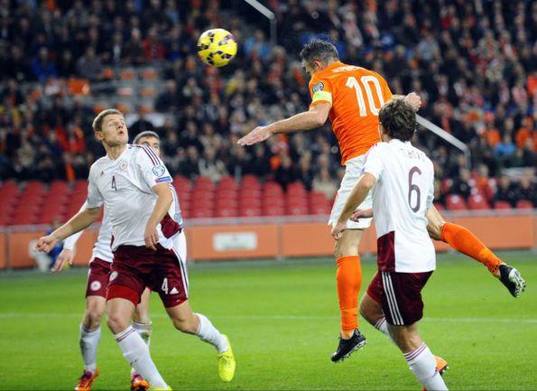 Воскресенье. Амстердам. Голландия - Латвия - 6:0. 6-я минута. Робин ВАН ПЕРСИ открывает счет. Фото AFP