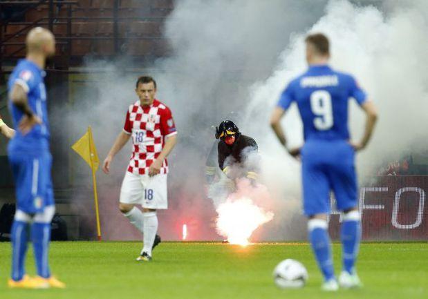 Воскресенье. Милан. Италия – Хорватия – 1:1. Встреча итальянцев и хорватов была прервана на 10 минут из-за поведения фанатов гостей. Фото REUTERS