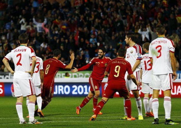 Суббота. Уэльва. Испания - Белоруссия - 3:0. 18-я минута. Радость ИСКО (слева), только что открывшего счет в матче. Фото REUTERS