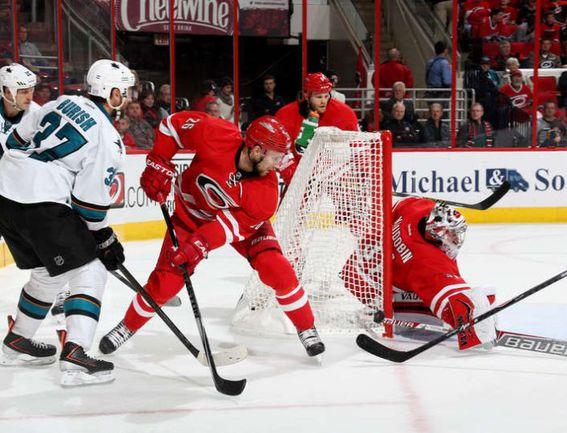 """Воскресенье. Роли. """"Каролина"""" – """"Сан-Хосе"""" – 0:2. Антон ХУДОБИН спасает ворота своей команды. Фото НХЛ."""