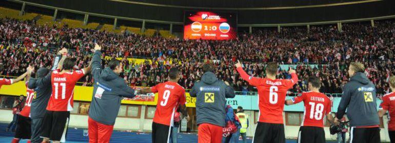"""Суббота. Вена. Австрия - Россия - 1:0. Австрийцы благодарят своих болельщиков за поддержку. Фото """"СЭ"""""""