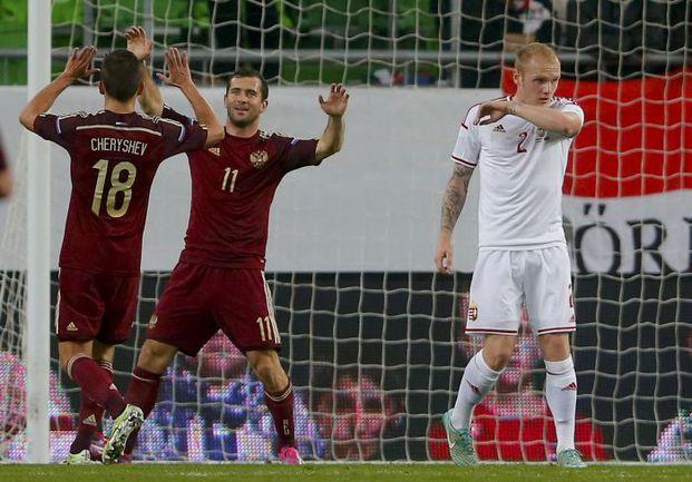 Вторник. Будапешт. Венгрия - Россия - 1:2. 80-я минута. Денис ЧЕРЫШЕВ поздравляет Александра КЕРЖАКОВА. Фото REUTERS