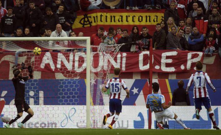 """Суббота. Мадрид """"Атлетико"""" – """"Малага"""" – 3:1.64-я минута. Роке САНТА КРУС (второй справа) забивает гол. Фото REUTERS"""