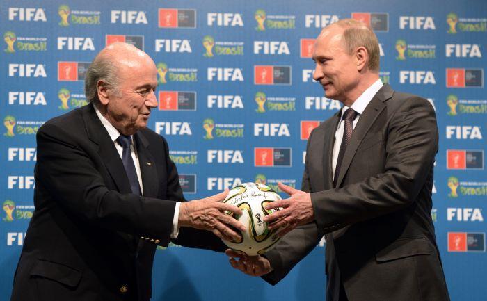 Глава ФИФА Йозеф БЛАТТЕР (слева) и президент России Владимир ПУТИН обсуждают ЧМ-2018 года. Фото AFP