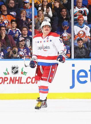 """Среда. Юниондэйл. """"Айлендерс"""" - """"Вашингтон"""" - 3:2 ОТ. Травма на тренировке не помешала капитану """"Кэпиталз"""" Александру ОВЕЧКИНУ оформить дубль в 700-м матче в НХЛ. Фото AFP"""