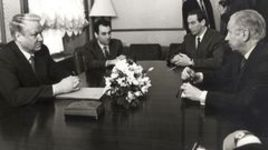 Первая половина 1990-х. Кремль. Встреча Бориса ЕЛЬЦИНА и Хуана-Антонио САМАРАНЧА. В переговорах также участвует Шамиль ТАРПИЩЕВ (второй справа). Переводчик - Александр РАТНЕР.