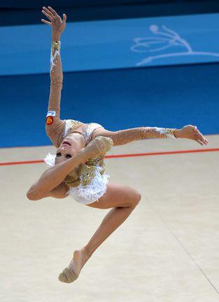 """Яна КУДРЯВЦЕВА - самая молодая в истории чемпионка мира по художественной гимнастике. Во время состязаний в турецком Измире ей было всего 16 лет. Фото """"СЭ"""""""