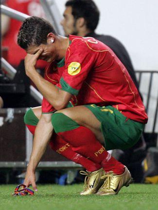4 июля 2004. Лиссабон. Португалия – Греция – 0:1. Слезы КРИШТИАНУ РОНАЛДУ после поражения в финале Euro-2004. Фото AFP
