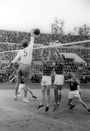 В 1952 году наша страна впервые провела мужской чемпионат мира по волейболу, за матчами которого наблюдали полные трибуны футбольного стадиона «Динамо».  Следующий подобный турнир заглянул в Москву спустя 10 лет, а третьего пришлось ждать больше полувека! Фото Анатолий БОЧИНИН