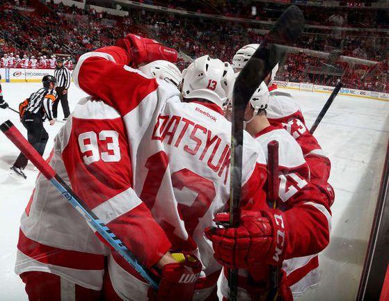 """Воскресенье. Роли. """"Каролина"""" – """"Детройт"""" – 1:3. Павел ДАЦЮК (№13) с партнерами празднует гол. Фото НХЛ."""