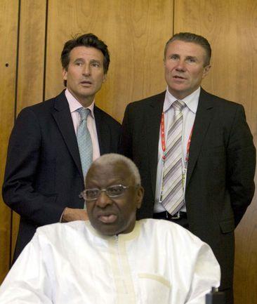 Вице-президент ИААФ Себастьян КОЭ (слева) и первый вице-президент Сергей БУБКА за спиной главы федерации Ламина ДИАКА. Фото AFP