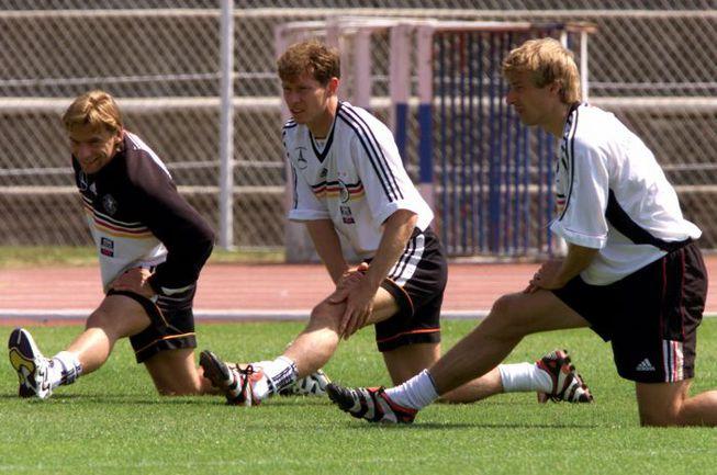Июнь 1998 года. Ницца. Томас ХЕССЛЕР, Штефан РОЙТЕР и Юрген КЛИНСМАНН (cлева направо) на тренировке сборной Германии во время ЧМ-1998. Фото REUTERS