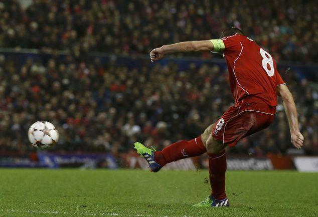 """Вторник. Ливерпуль. """"Ливерпуль"""" – """"Базель"""" – 1:1. 82-я минута. Стивен ДЖЕРРАРД сравнивает счет. Фото REUTERS"""