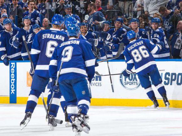 """Четверг. Тампа. """"Тампа-Бэй"""" – """"Каролина"""" – 2:1. Никита КУЧЕРОВ (№ 86) принимает поздравления с голом. Фото НХЛ."""