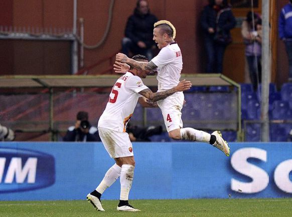 """Воскресенье. Генуя. """"Дженоа"""" – """"Рома"""" – 0:1. Раджа НАИНГГОЛАН (справа) празднует гол с Хосе ХОЛЕБАСОМ. Фото REUTERS"""