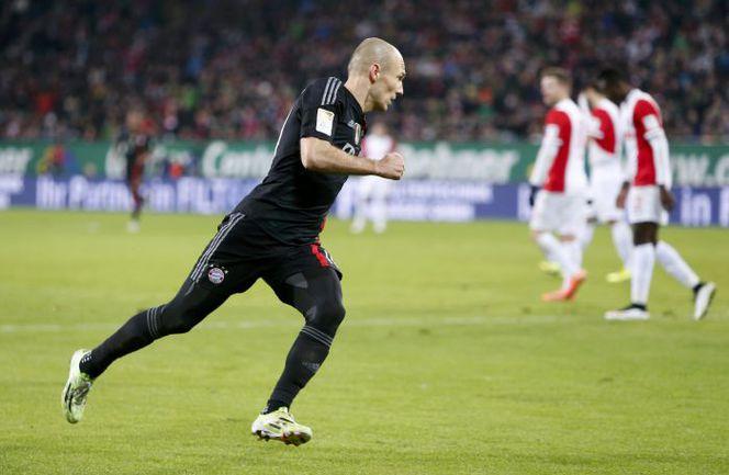 """Суббота. Аугсбург. """"Аугсбург"""" – """"Бавария"""" – 0:4. 59-я минута. Арьен РОББЕН празднует первый гол. Фото REUTERS"""