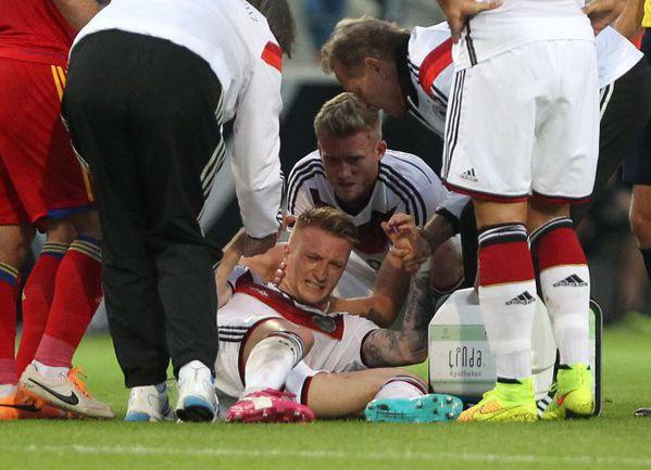 6 июня. Майнц. Германия - Армения - 6:1. 44-я минута. Только что Марко РОЙС получил травму, из-за которой пропустит ЧМ-2014. Фото AFP