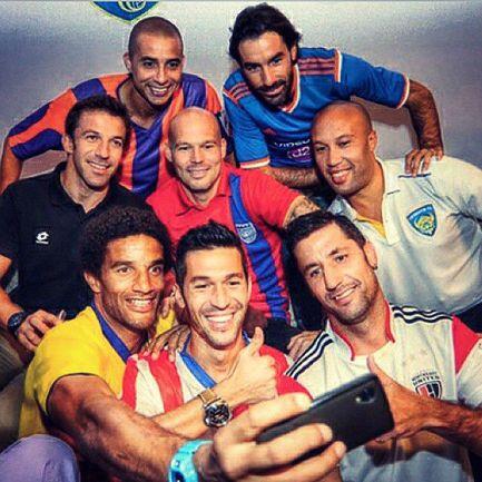 Звездное селфи самых известных футболистов индийской суперлиги. Фото dailymail.co.uk