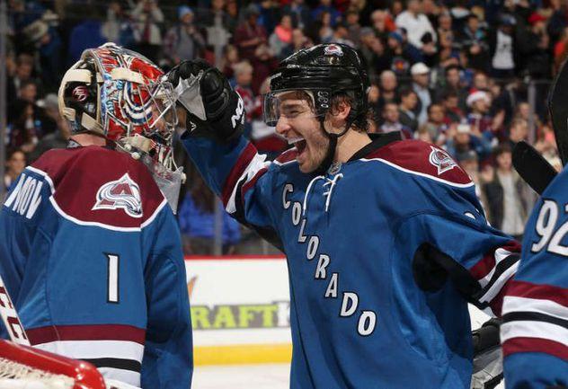 """Вторник. """"Колорадо"""" – """"Сент-Луис"""" – 5:0. Семен ВАРЛАМОВ (№1) принимает поздравления с """"сухарем"""" от Зака РЕДМОНДА. Фото НХЛ"""
