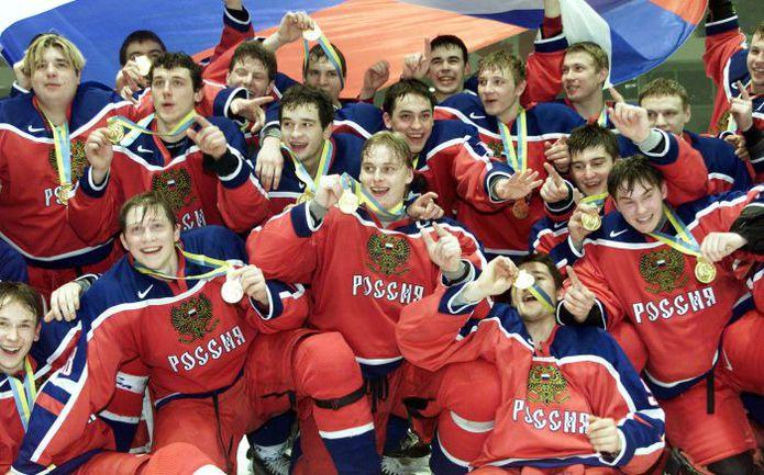 4 января 2002 года. Пардубице. Антон ВОЛЧЕНКОВ (в центре) и его партнеры -   победители молодежного чемпионата мира. Фото REUTERS