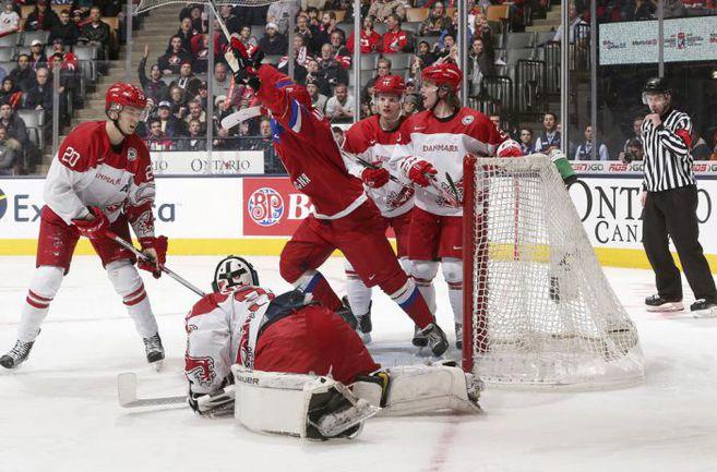 Пятница. Торонто. Дания - Россия - 2:3 Б. Нападающий сборной  России Максим МАМИН сравнивает счет. Фото IIHF