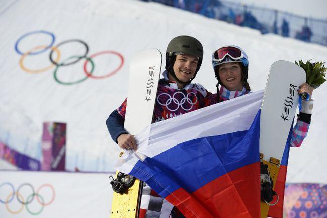 19 февраля. Сочи. Алена ЗАВАРЗИНА завоевывает олимпийскую бронзу, а спустя несколько минут Вик УАЙЛД - золото. Фото REUTERS