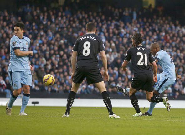"""Воскресенье. Манчестер. """"Манчестер Сити"""" - """"Бернли"""" - 2:0. 33-я минута. Гол ФЕРНАНДИНЬЮ (справа). Фото REUTERS"""