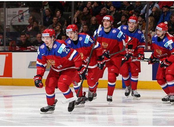 Сегодня. Торонто. Швеция - Россия - 1:4. Партнеры спешат поздравить автора дубля Александра ШАРОВА (№ 23). Фото IIHF