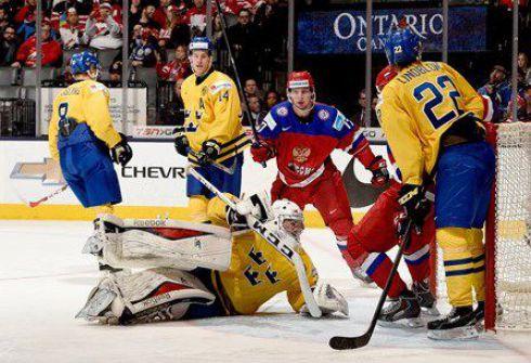 Воскресенье. Торонто. Швеция - Россия - 1:4. Только что Максим МАМИН после наброса Ивана ФИЩЕНКО (№17) установил окончательный счет полуфинала. Фото IIHF