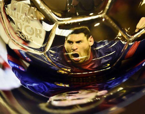 Отражение Лионеля Месси на главной индивидуальной награде в мировом футболе. Фото REUTERS