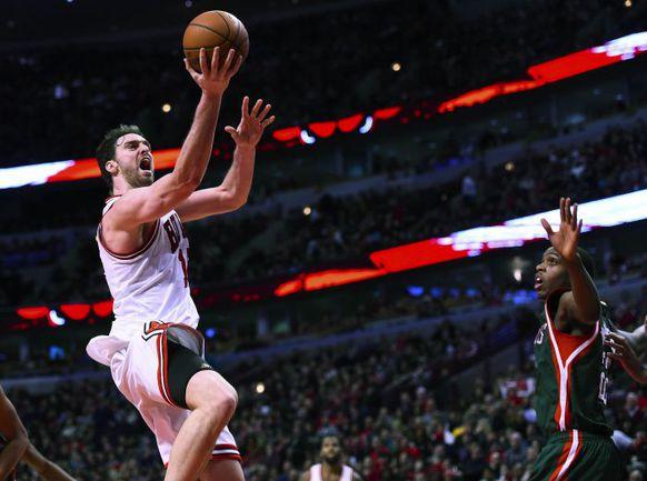 """Суббота. Чикаго. """"Чикаго"""" - """"Милуоки"""" - 95:87. 34-летний форвард """"Буллз"""" Поу ГАЗОЛЬ на пути к новому личному снайперскому рекорду в НБА - 46 очков."""
