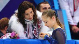 8 февраля 2014 года. Сочи. Юлия ЛИПНИЦКАЯ и Этери ТУТБЕРИДЗЕ перед началом выступления в короткой программе командного турнира, который сделает россиянку олимпийской чемпионкой.
