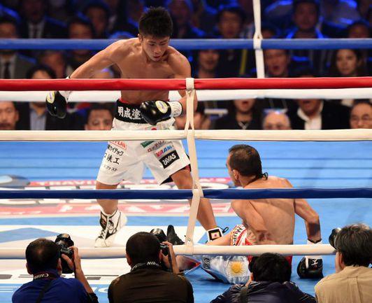 30 декабря. Токио. Наойа ИНУЭ отправляет в нокдаун Омара Андреса НАРВАЕСА. Фото AFP