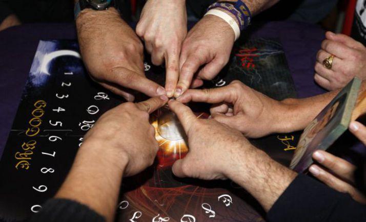 """Болельщики """"Реала"""" вместе с журналистами AS провели спиритический сеанс перед кубковым матчем с """"Атлетико"""". Фото AS"""