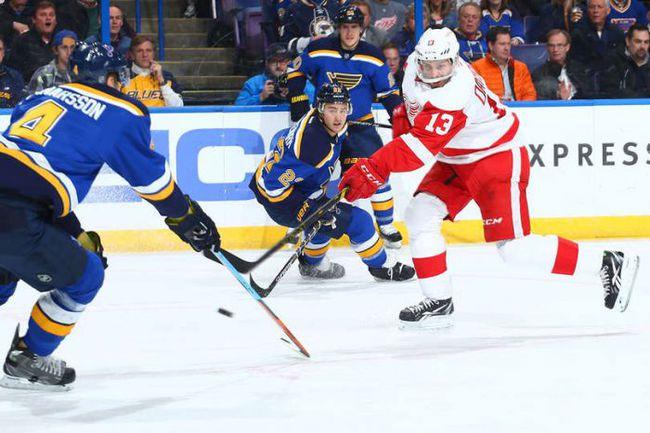 """Четверг. Сент-Луис. """"Сент-Луис"""" – """"Детройт"""" – 2:3 ОТ. Павел ДАЦЮК (№ 13) совершает бросок. Фото НХЛ."""