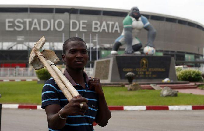 Четверг. Бата. Последние приготовления к церемонии открытия: уже сегодня на этой арене состоится стартовый матч Кубка Африки-2015. Фото REUTERS