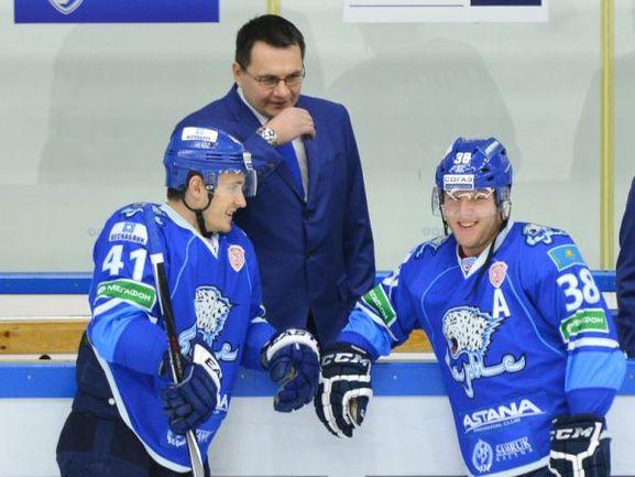 """Андрей НАЗАРОВ дает установку своим хоккеистам. Фото ХК """"Барыс"""""""