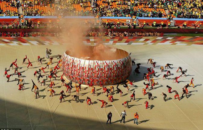 На стадионах в Африке чаще всего имитируют жертвоприношение, а за пределами чаши арены приносят настоящие жертвы. Фото REUTERS