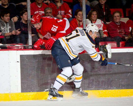 """Воскресенье. Детройт. """"Детройт"""" – """"Баффало"""" – 6:4. Никита ЗАДОРОВ отправляет на борт Хавьера УЛЛЕ. Фото НХЛ."""