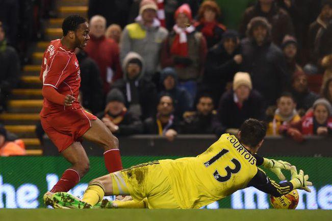 """Вторник. Ливерпуль. """"Ливерпуль"""" - """"Челси"""" - 1:1. Вратарь гостей Тибо КУРТУА блокирует удар Рахима СТЕРЛИНГА. Фото AFP"""