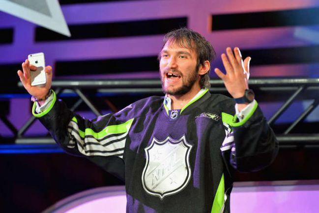 ...но в итоге остался без новенького автомобиля - и ушел в предпоследнем раунде. Фото NHL.com
