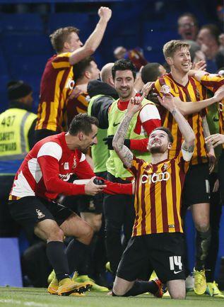 """Суббота. Лондон. """"Челси"""" - """"Брэдфорд"""" - 2:4. Игроки гостей празднуют историческую победу. Фото REUTERS"""