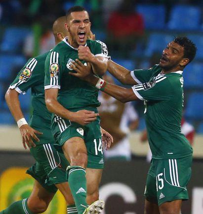 Вторник. Малабо. Сенегал - Алжир - 0:2. 82-я минута. Только что Набиль БЕНТАЛЕБ забил второй гол алжирцев. Фото REUTERS