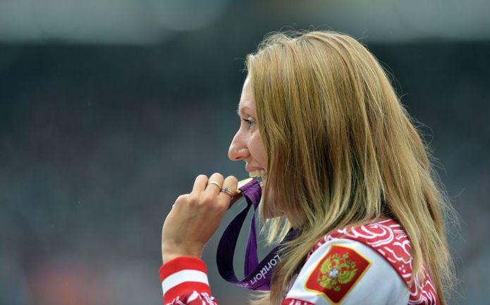 7 августа 2012 года. Юлия ЗАРИПОВА с золотой медалью Олимпиады-2012. Фото AFP