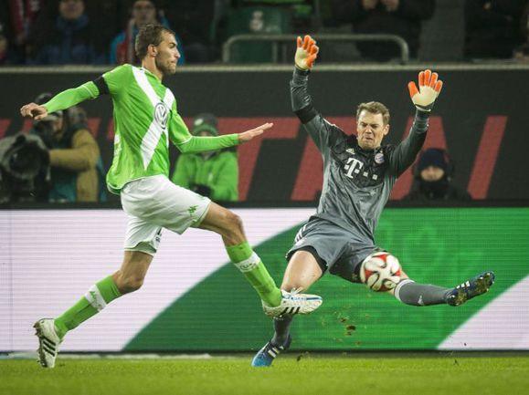 "Пятница. Вольфсбург. ""Вольфсбург"" - ""Бавария"" - 4:1. Нападающий хозяев Бас ДОСТ дважды поразил ворота Мануэля НОЙЕРА. Фото AFP"
