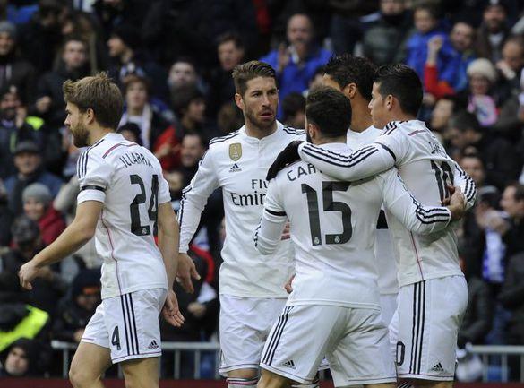 """Вчера. Мадрид. """"Реал"""" - """"Реал Сосьедад"""" - 4:1. 3-я минута. Хамес РОДРИГЕС (справа) сравнял счет и принимает поздравления от партнеров. Фото AFP"""