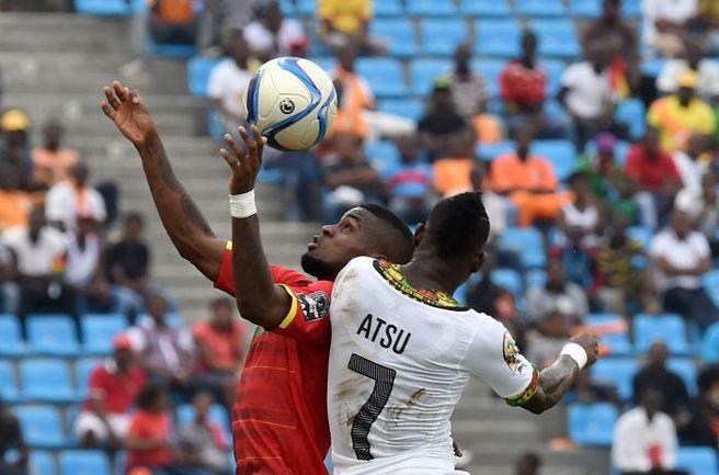 Воскресенье. Малабо. Гана - Гвинея - 3:0. Кристиан АТСУ (№7) против Абдулы КАМАРЫ. Фото AFP